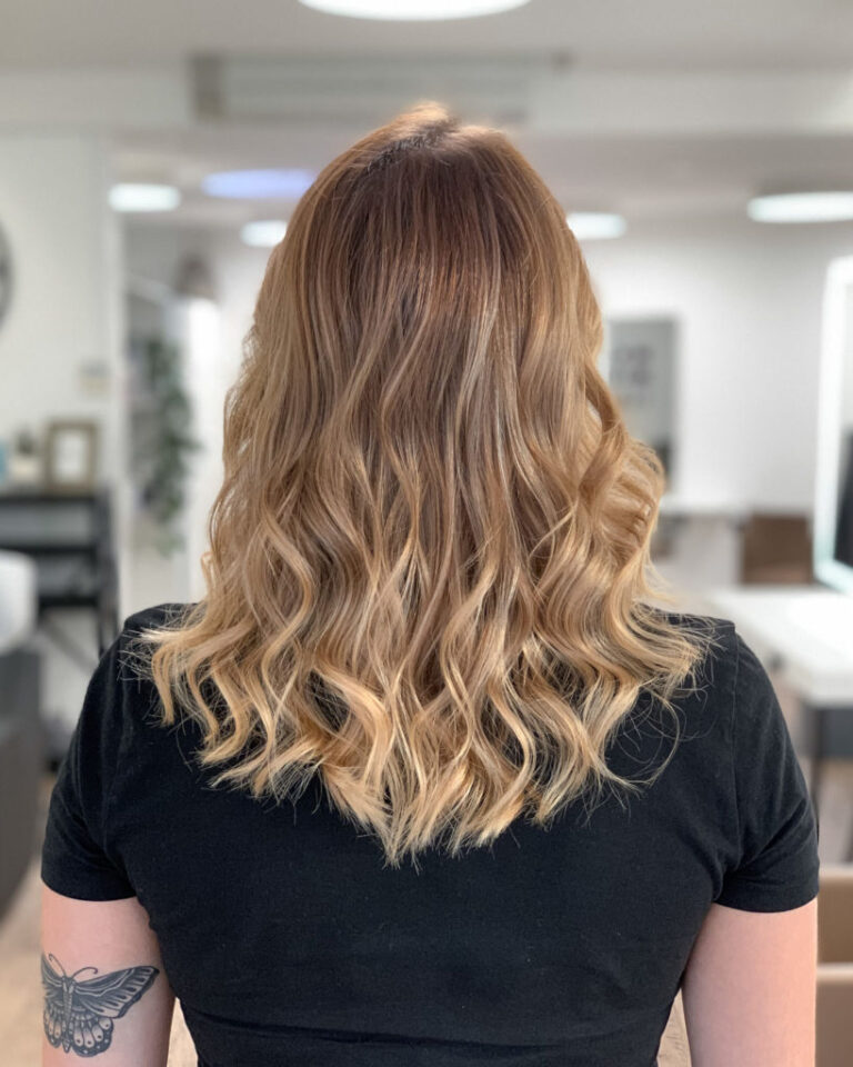 The_Colorist_Coiffeur_Meilen_Goldblond_Locken